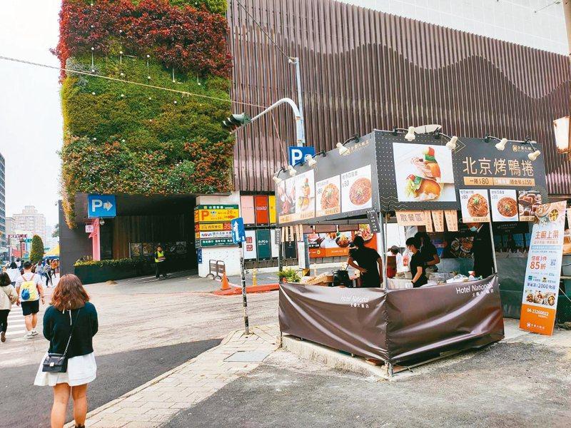 台中市全國飯店受疫情影響生意差,員工改在街頭擺攤。 記者黃寅/攝影