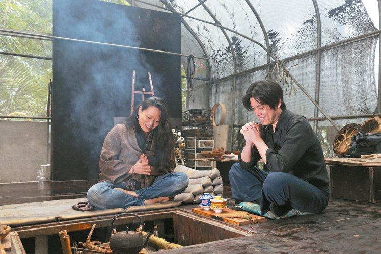 曾志偉(右)與「少少」的鄰居在驚蟄這一天烤火爐喝熱茶。 攝影/陳立凱 圖/...