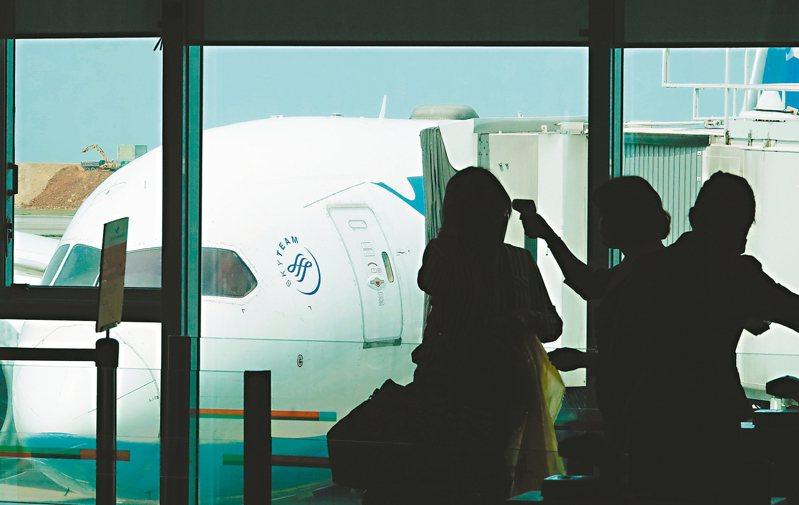 機場和航班成了防疫重中之重,國籍航空公司紛紛宣布防疫升級,實施登機前量測額溫及全程配戴口罩。 記者鄭超文/攝影