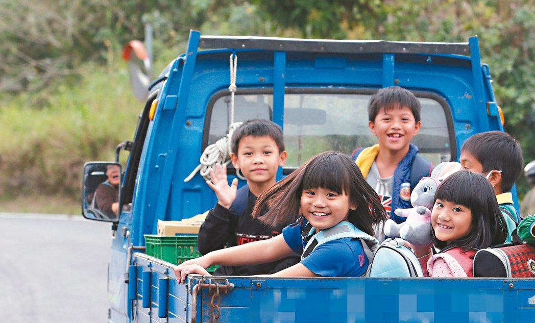 偏鄉「娃娃車」台東縣鸞山村缺乏大眾運輸,長期利用發財車當「娃娃車」,今年二月交通...