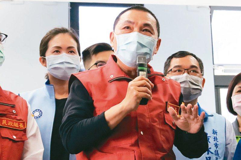 新北市長侯友宜昨天到樹林生命紀念館視察清明防疫作業。 記者胡瑞玲/攝影