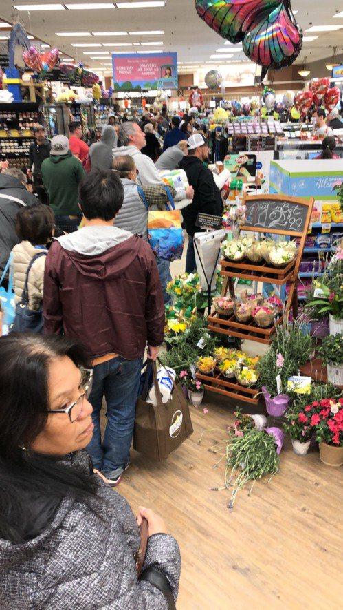 美國加州疫情延燒,超市近日大排長龍,物資搶購一空。 圖/凱文提供