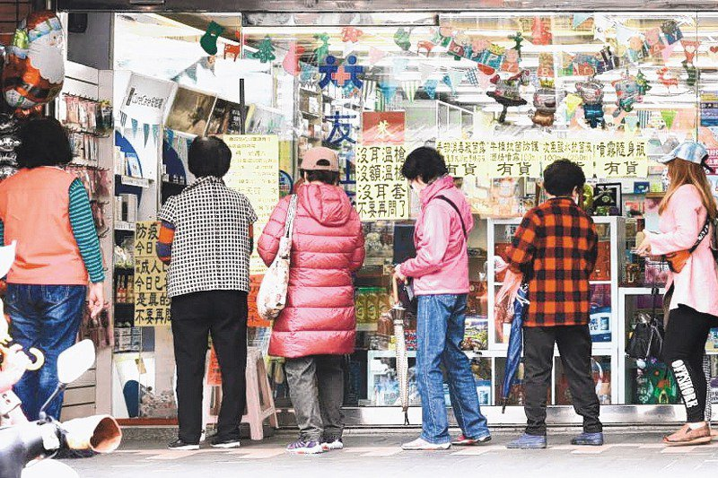 購買口罩的民眾在藥局大排長龍,若在非假日,通常都是老人在排隊。 圖/聯合報系資料照片