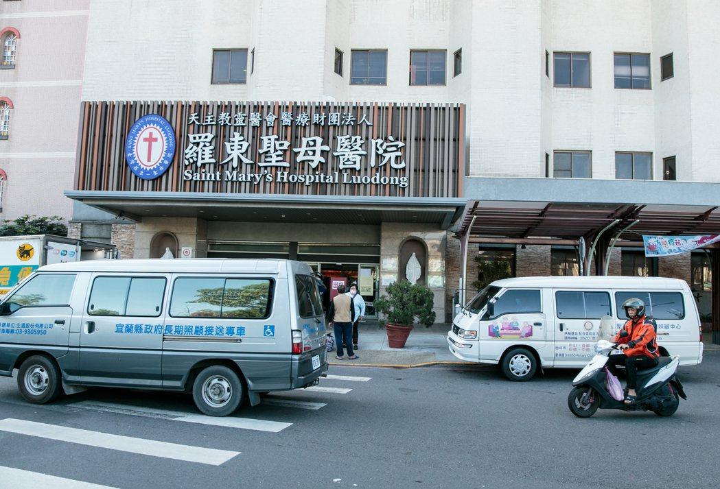宜蘭羅東聖母醫院外停滿各式長照接駁車。記者曾原信/攝影