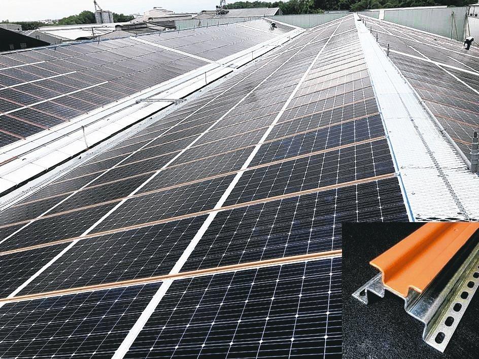 廠房屋頂浪板採用冠旭屋頂無浪板太陽能專利支架,透光省電費。 業者/提供