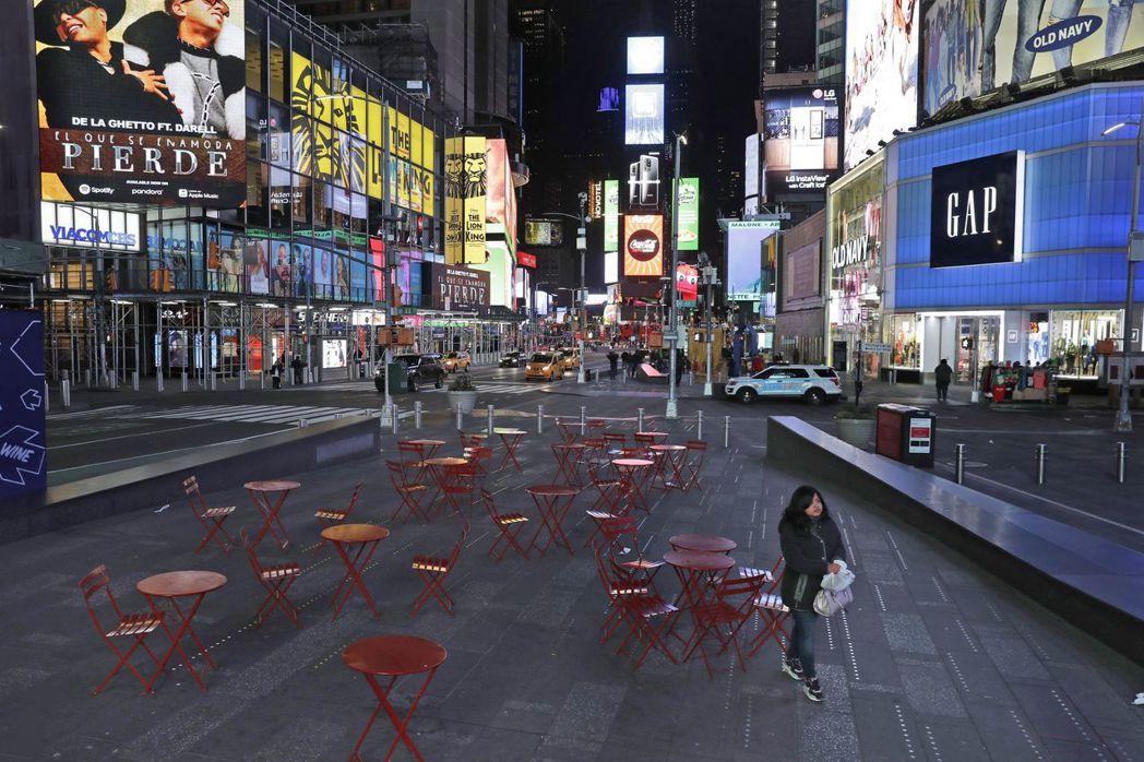 看到空蕩蕩的時代廣場,就能感受到實體經濟的一切也跟著停滯、凍住了。圖/美聯社