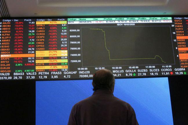 新冠疫情掀全球股災,新興市場也難逃劫難。聖保羅巴西證交所(B3)電子看板顯示股價...