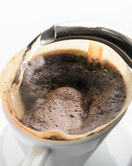 熱水如果淋到咖啡粉邊緣,濾過層就會塌陷,導致萃取不完全。 幸福文化提供