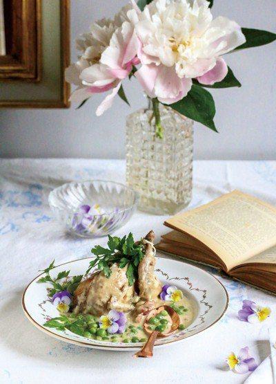 濃雞湯燉煮春雞佐新鮮小青豆仁。 圖/幸福文化提供