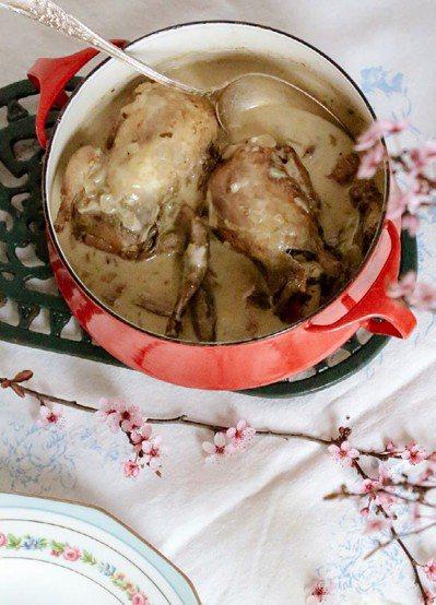 濃雞湯燉煮春雞佐新鮮小青豆仁的食材看似很多,但是實際上不太難做。 圖/幸福文化提...