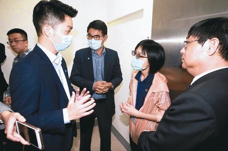 環保署上午傳出員工確診新冠肺炎,由於環保署長張子敬(右一)與不少官員都在立法院社...