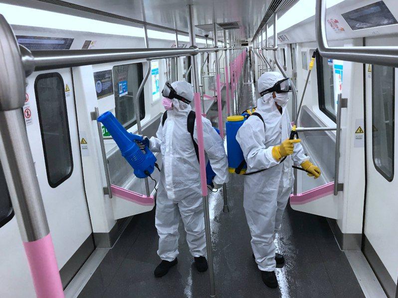 3月23日,湖北省武漢市對地鐵全線站點、車輛進行深度消殺,為恢復運營做好準備。中新社