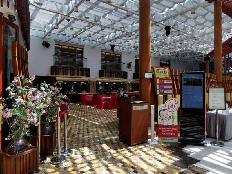 阿里山賓館大廳旁餐廳,中午可依人數點合菜。 圖/卜敏正 攝影