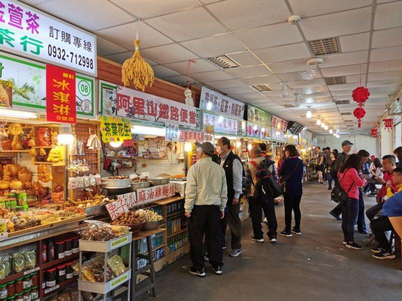 受鎮宮前商店街販售鐵路便當、小吃、特產。 圖/卜敏正 攝影