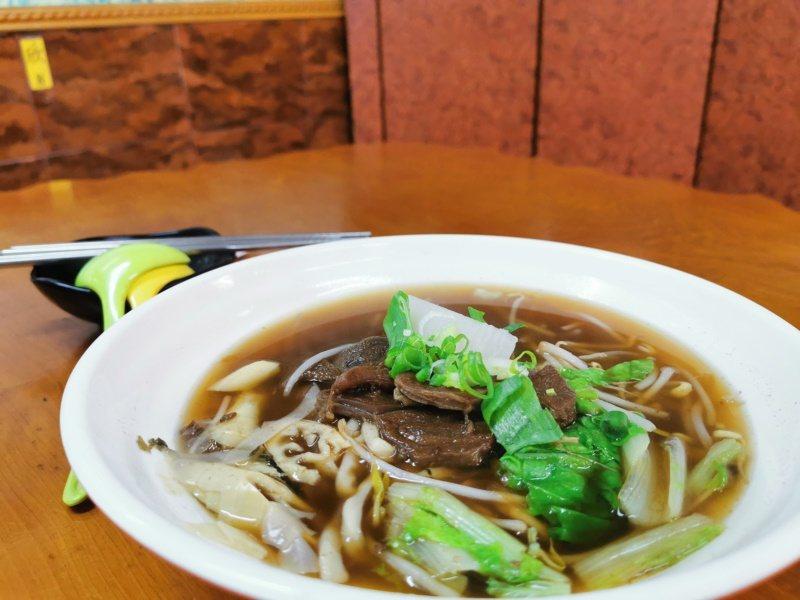 欣欣餐廳的筍干牛肉麵是一碗有阿里山特色的料理。 圖/卜敏正 攝影