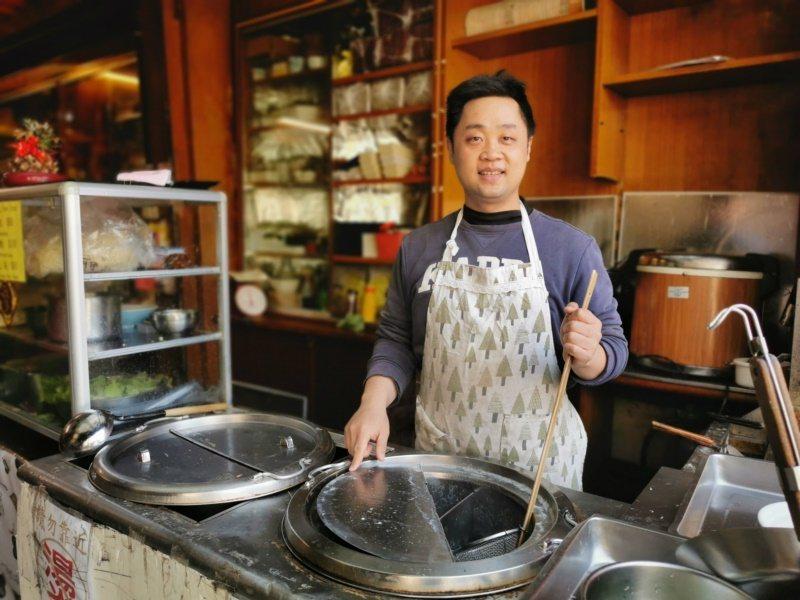 欣欣餐廳在地服務超過50年,已傳承到第二代陳煌仁接手經營。 圖/卜敏正 攝影
