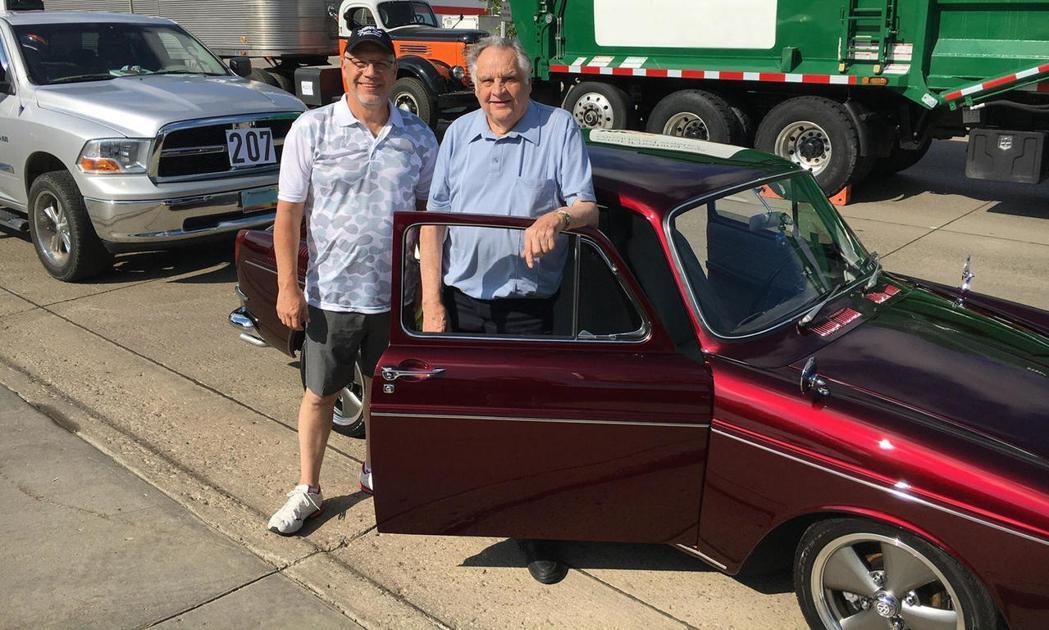林恩·芬寧與父親一起和重生的老車合影。 圖/摘自carbuzz.com