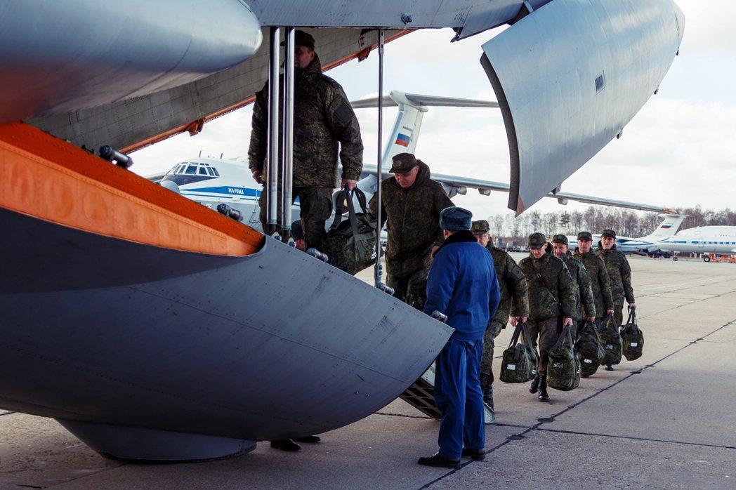 圖為俄軍派出支援飛往義大利。 圖/路透社
