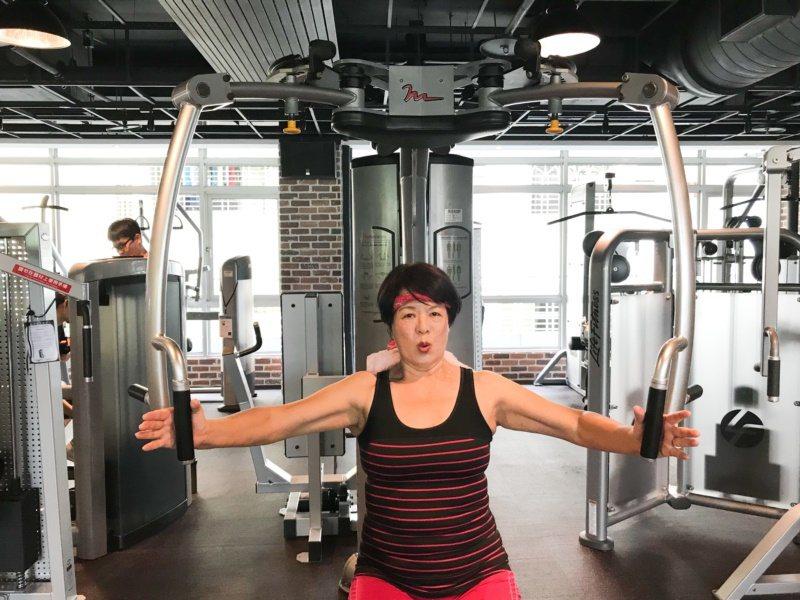 現年67歲的施瑞琴一周至少3天上健身房作重訓,讓身心靈保持最佳狀態。 圖/王慧瑛...