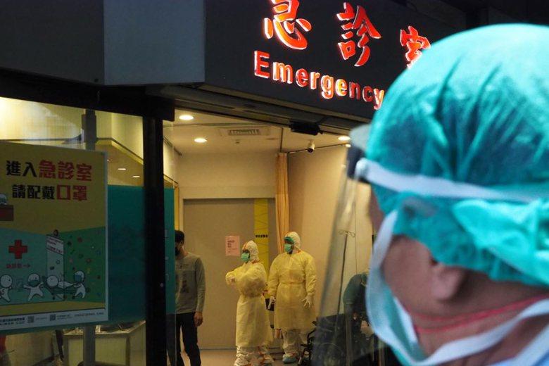 一名著防疫裝備的醫護人員於急診室外進行疫情防控。 圖/歐新社