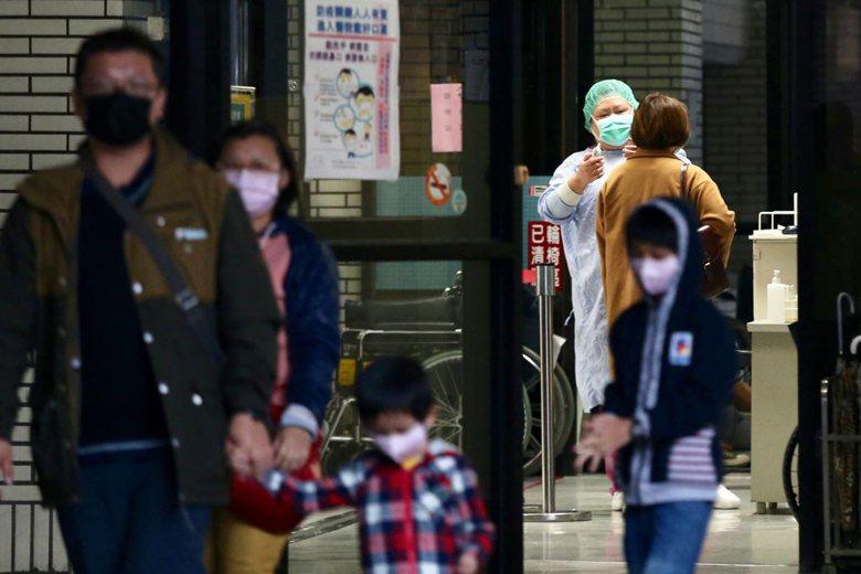 2月底衛福部禁止醫護社工出國,引發醫界怒火。 圖/聯合報系資料照