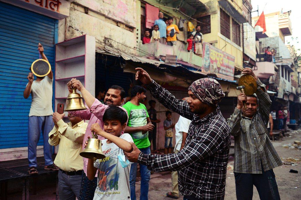 總里莫迪向印度全國人民宣告「戰疫開始」,希望民眾在22日當天下午5點鐘,到自家陽...