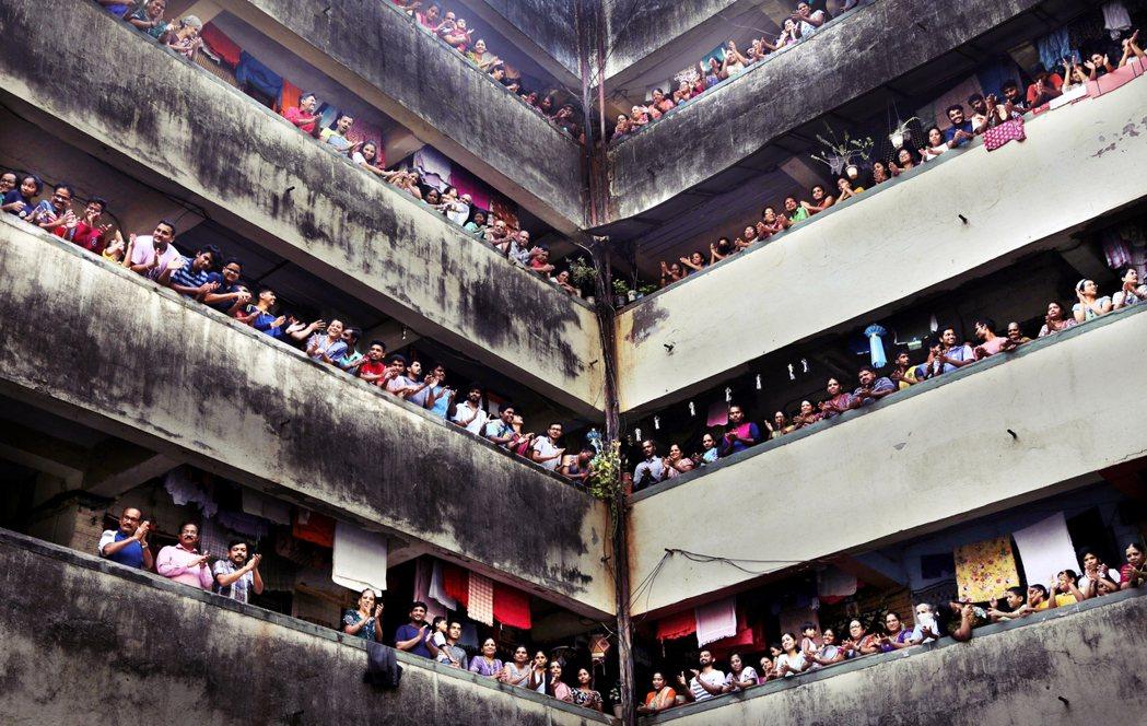 當民眾跟隨莫的指示,有的拍手、有的拿出鍋碗瓢盆發出熱烈聲響,但是眾人「密集接觸群...