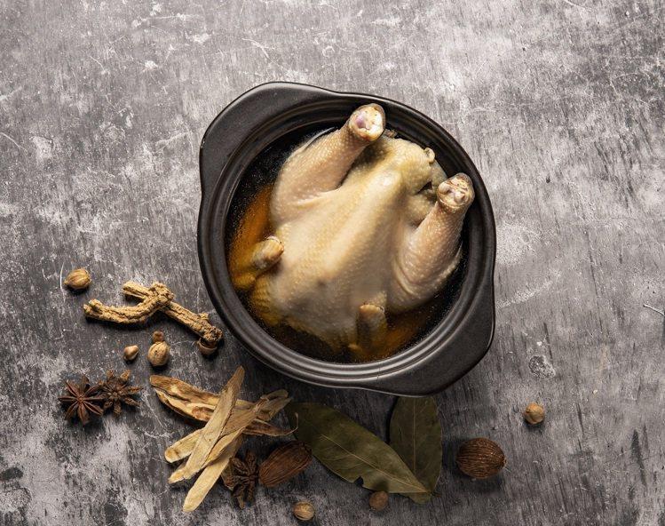 以整隻小土雞入湯的「蒸元氣雞湯」,480元。圖/金色三麥提供