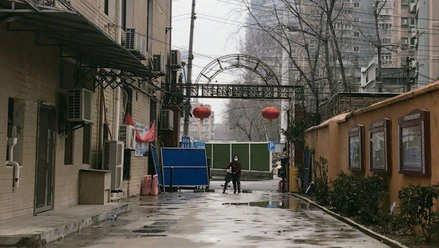 武漢2月11日封城,郭晶居住的社區2/15開始得憑通行證出入。 聯經提供