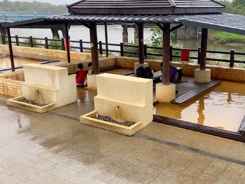 金山區內的五大公共浴室也關閉,但在磺港公共浴室外的戶外泡腳池,還是歡迎民眾使用,享受泡腳池暖身也做好防疫。 圖/紅樹林有線電視提供