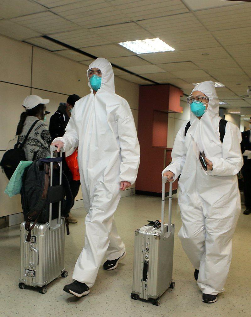 我國持續出現境外移入案例,22日有不少返台留學生,穿著全套防護衣入境。圖為非當事都/記者鄭超文攝影