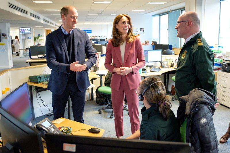 英國王子威廉及妻子凱特王妃拜訪倫敦緊急服務中心。路透