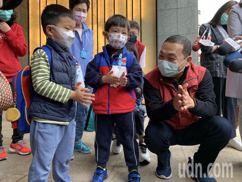 新北市長侯友宜今早到林口進行幼兒園娃娃車防疫訪視。記者魏翊庭/攝影