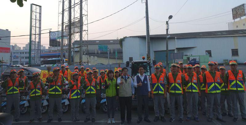 台南市長黃偉哲送早點慰問「掃地班」清潔隊員。圖/環保局提供