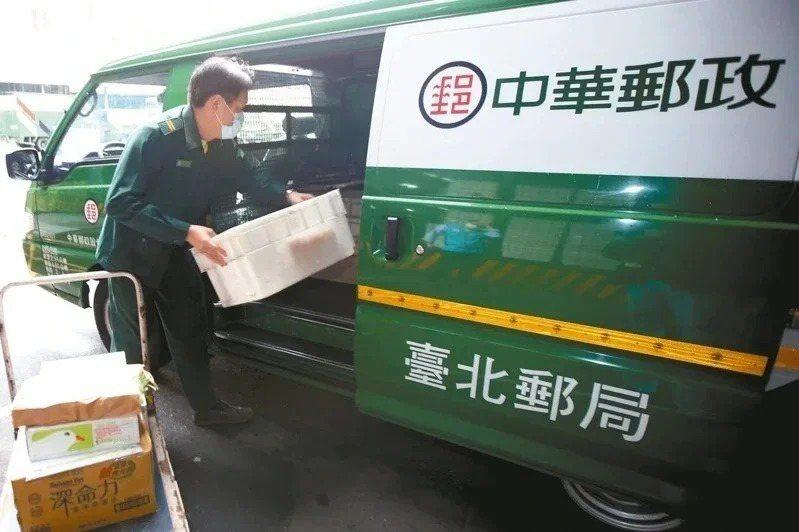 中華郵政說,連續假期期間仍照常投遞快捷郵件。本報資料照片