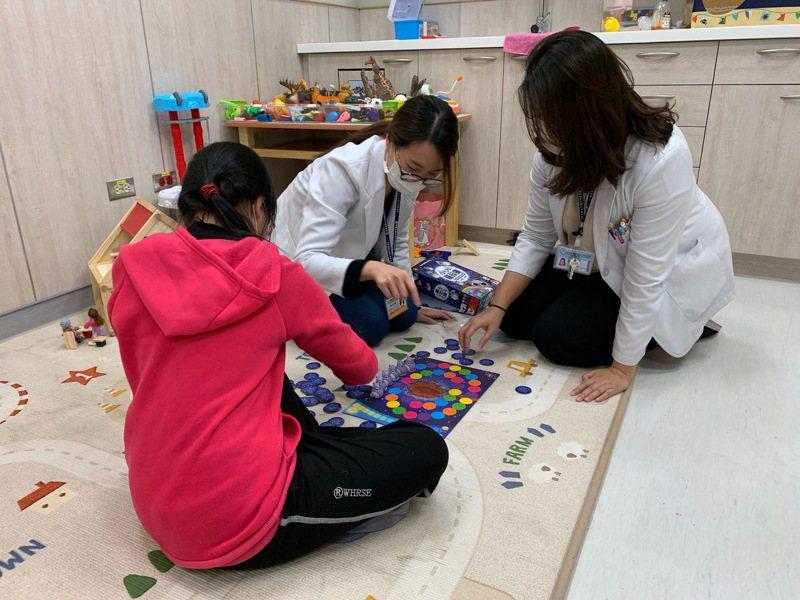 中醫大新竹附設醫院從4月起,除針對自閉症兒童開設「學齡前自閉症遊戲互動團體」。圖/中國醫藥大學新竹附設醫院提供