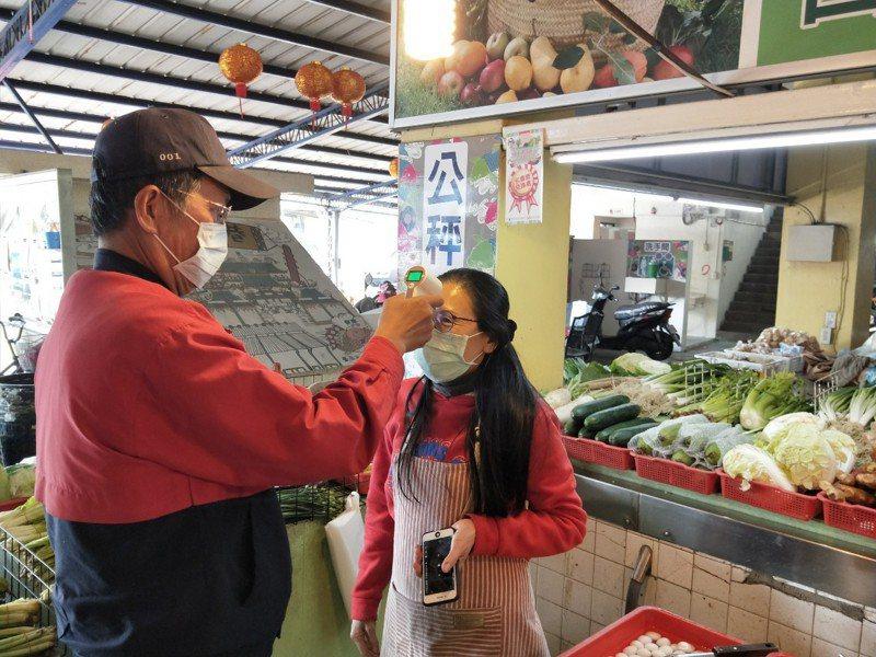 防疫再升級, 台南公有市場今起攤商量體溫,提供更安心購物環境。圖/台南市政府經發局提供