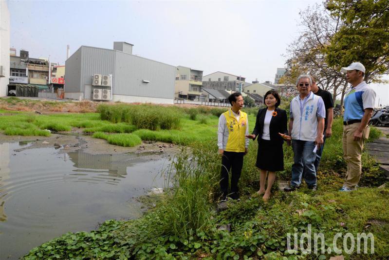 雲林縣長張麗善(左二)等人今天到斗南火車站周邊會勘三處停車場。記者李京昇/攝影