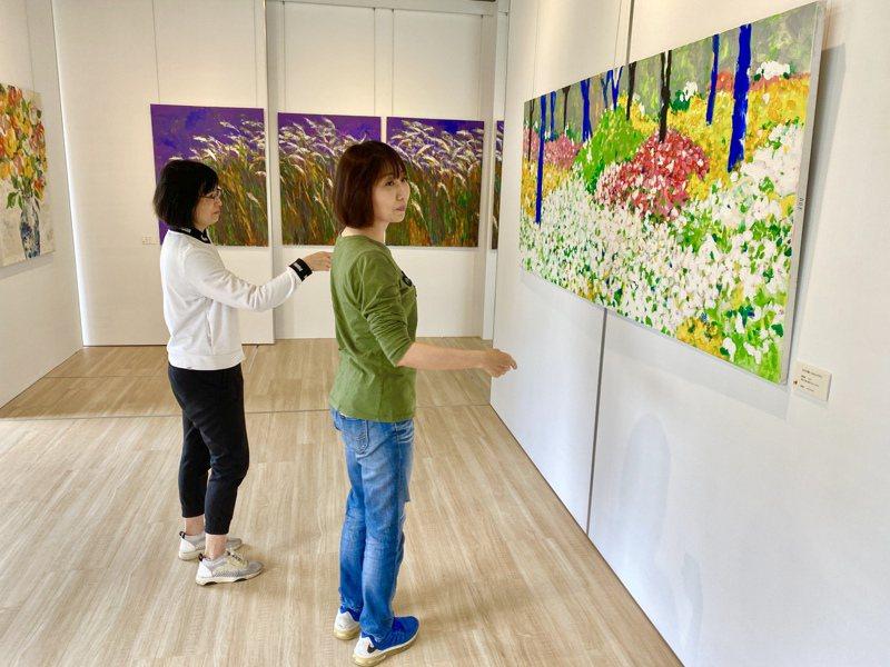 戴勝益很喜花朵的繽紛絢爛與色彩豐富,所以這次展出的主題是「拈花惹草」,都是以花卉為主。記者宋健生/攝影