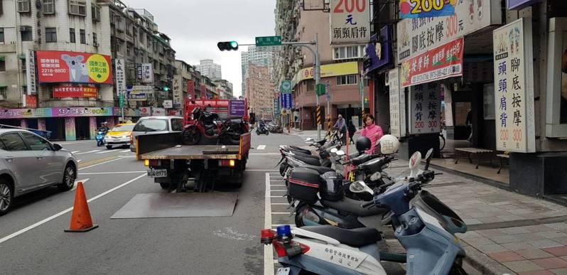 新店警分局配合新北交通局政策並採納民意,針對新規範禁停機慢車的建國、民族路段進行強制拖吊開罰。圖/警方提供