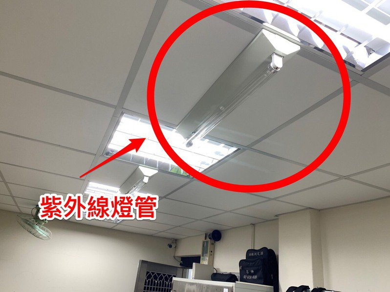 台中市第一警分局為了防疫新冠肺炎,在8個外勤槍械室內裝設紫外線燈,替基層的防彈衣等裝備進行消毒。圖/第一警分局提供