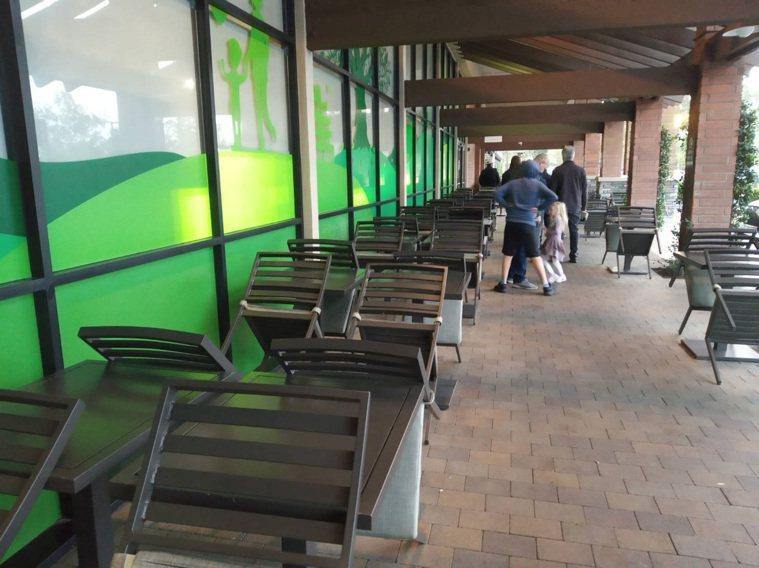 美國加州爾灣的餐廳只提供外帶,內用桌椅已收起來。圖/讀者提供