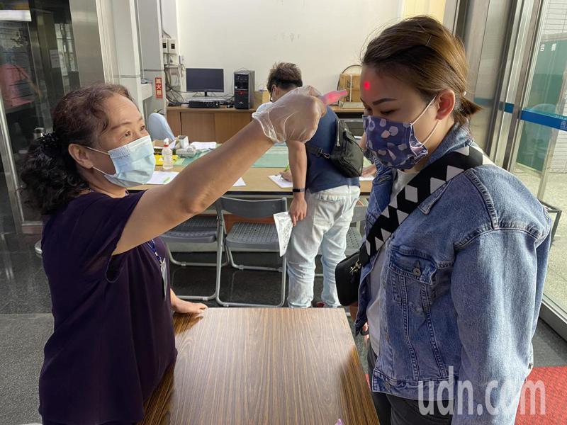 新冠肺炎蔓延全球,我國疫情也升溫,南投縣政府今宣布,既日起到縣府大樓洽公必須戴口罩才能進入。記者賴香珊/攝影