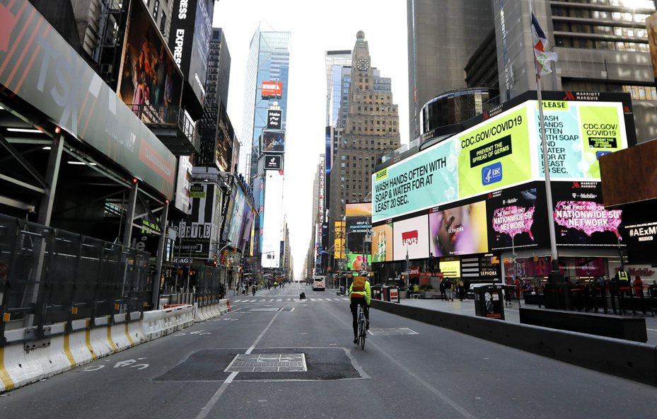 美國政府推出多項新冠病毒防疫措施,使多數經濟活動停頓。圖為一向喧囂熱鬧的紐約市時報廣場,本月22日一片冷清。歐新社