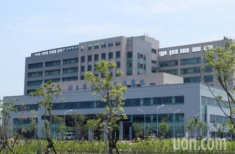 陽明大學附設醫院最新防疫管制,即日起除加護病房、呼吸照護病房每天可探病一次外,一般病房及護理之家全都禁止探病,陪病照顧也只能有1個人。記者戴永華/攝影