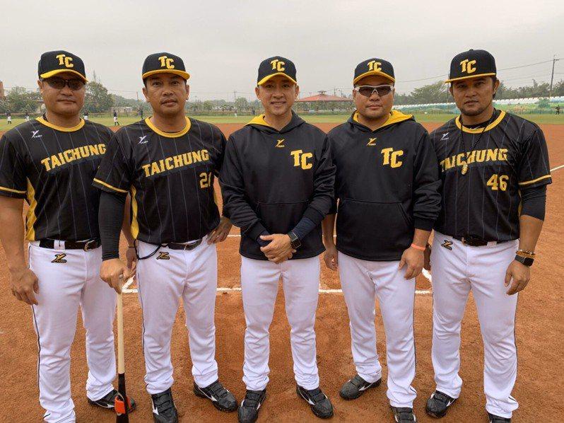 台中市成棒隊教練團以前職棒球員為主,左起楊承駿、曾華偉、張家浩、鄭達鴻、陽建福。圖/中華棒球協會提供