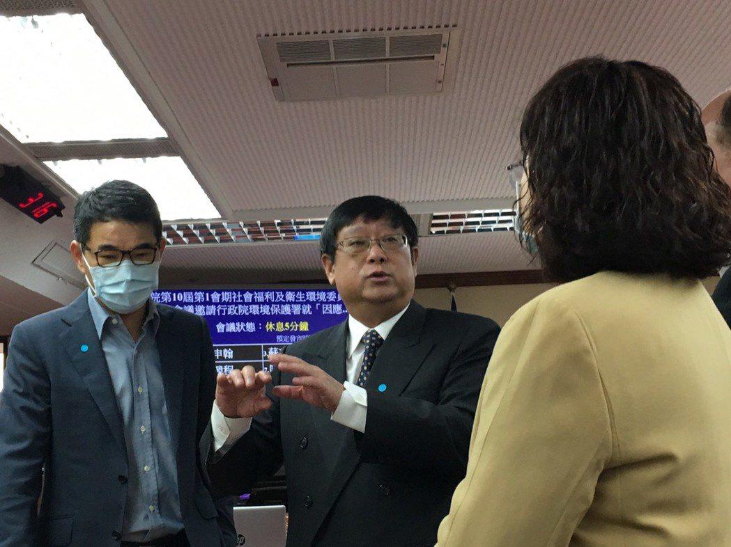 環保署長張子敬(中)今天在立法院證實一名環保署員工確診新冠肺炎。記者吳姿賢/攝影