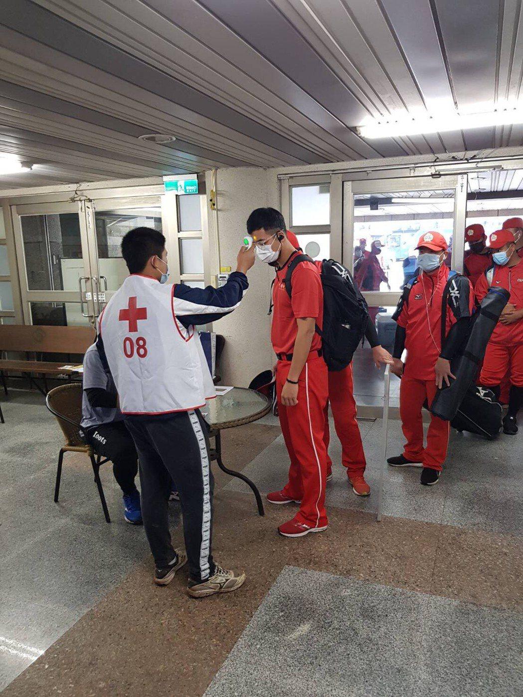 全國成棒甲組春季聯賽開打,各隊球員進場必須先量體溫。圖/中華棒球協會提供