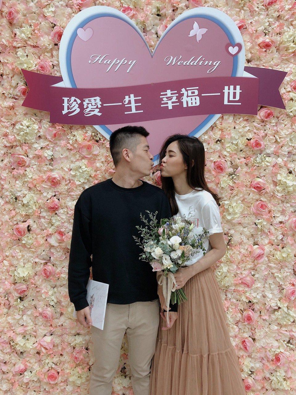陳郁安(右)與交往5年的男友登記結婚。圖/凱渥提供