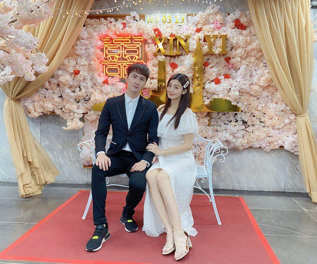 夏如芝(右)與張捷登記結婚。圖/伊林提供